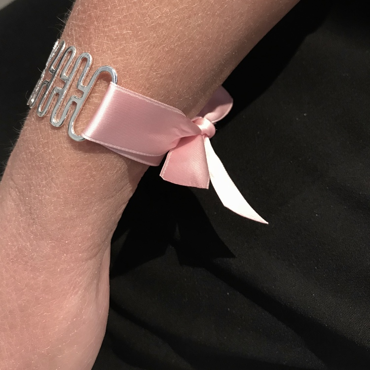 silverarmband med rosa band. silver bracelet with pink ribbon