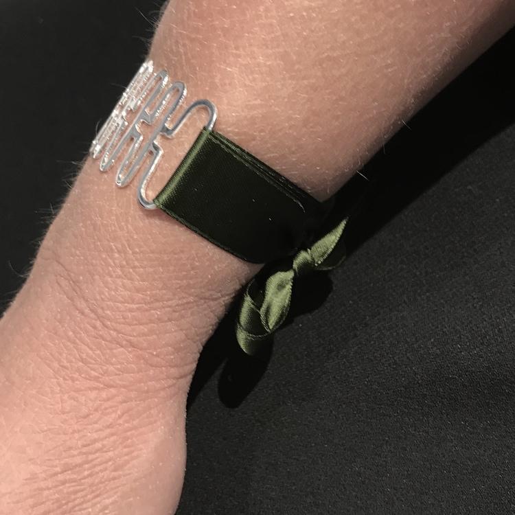 silverarmband med grönt sidenband. silver bracelet with green silk ribbon