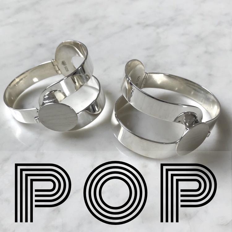 stort silverarmband, inspirerad av Verner Pantons 70-talsdesign, med gångjärn och lås. Big silver bracelet with hinge and lock