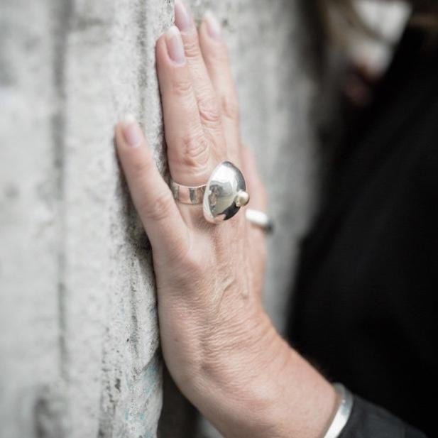 stor silverring i form av bröst, samarbete med Bröstcancerförbundet. big silver rings with shape as breast