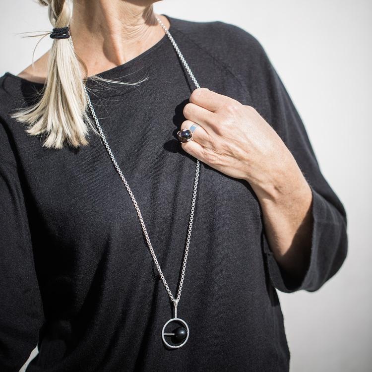 lång silverkedja med hänge i onyx. Long silver chain with black onyx