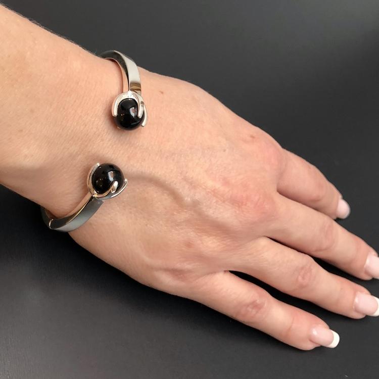 Silverarmband med två stenar i rökkvarts. Silver bracelet with two stones in smokey quartz