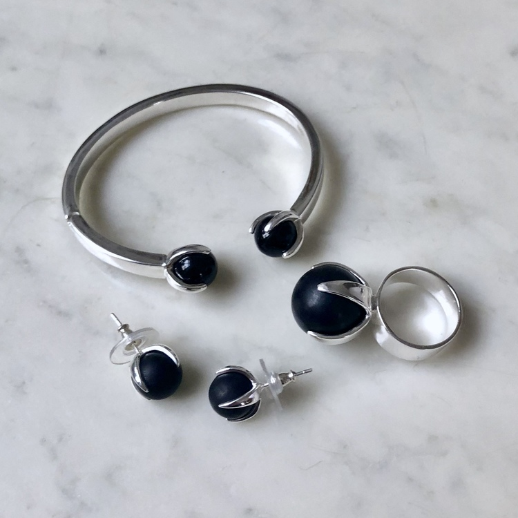 Vackert smyckesset i silver och onyx. Beautiful jewellery set in silver and onyx