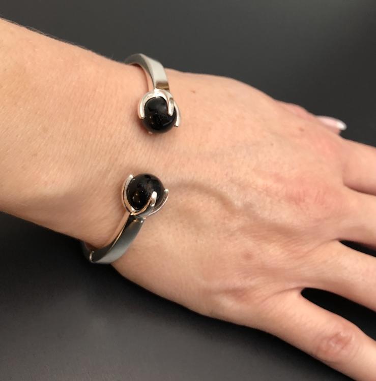 Silverarmband med två stenar i svart onyx. Silver bracelet with two stones in black onyx