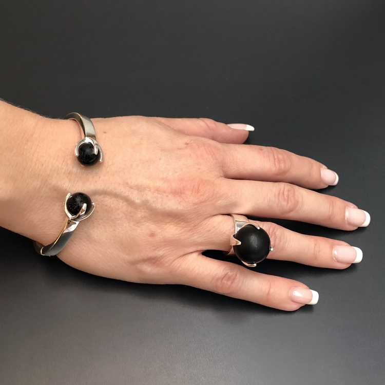 Matchande ring och armband i silver och onyx. Matching ring and bracelet in silver and onyx