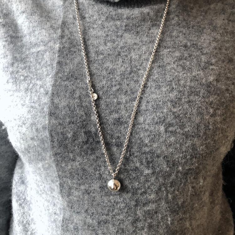 Silverhänge i form av ett hängbröst, denna kallar jag A-kupan! På en lång vacker silverkedja.