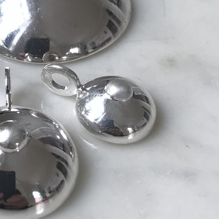 Silverhänge i form av ett bröst. Silver pendant