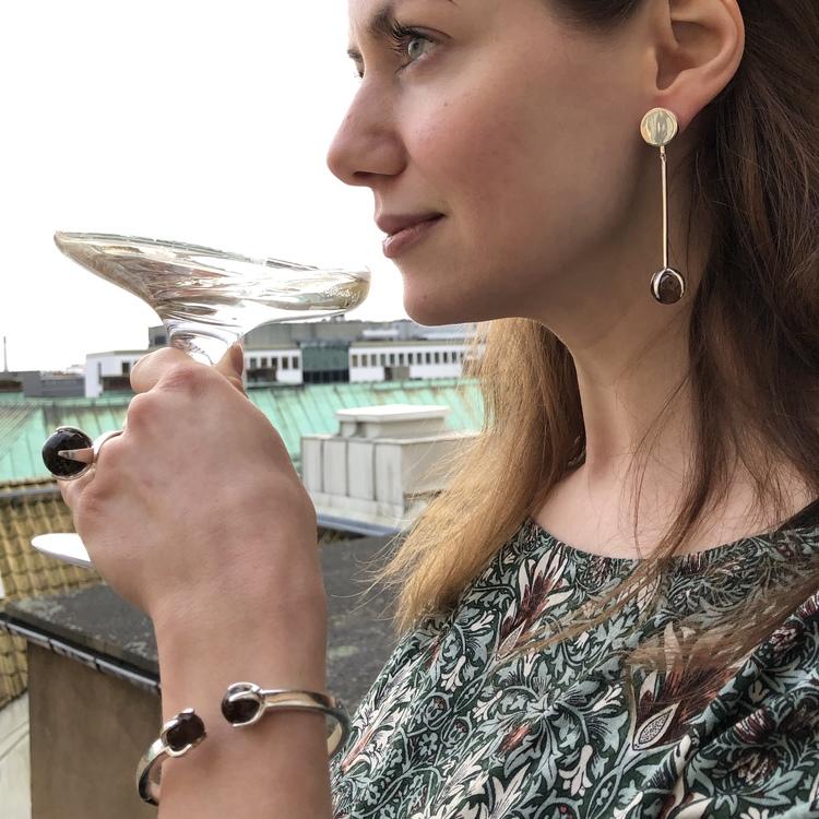 Silverarmband med vacker rökkvarts, matchande silverring och silverörhängen. Silver bracelet with beautiful smokey quartz, matching silver ring and matching silver earrings