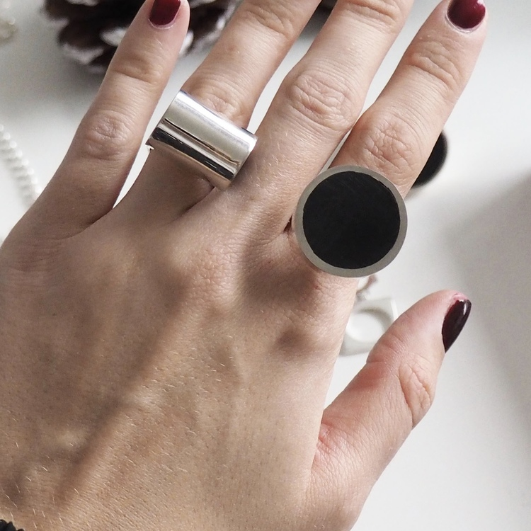stora silverringar med mattslipad onyx. Big silver rings with mat polished onyx