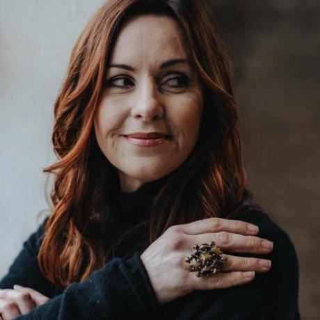 kvinna med stor silverring med tigeröga. woman with big silver ring with tiger eye