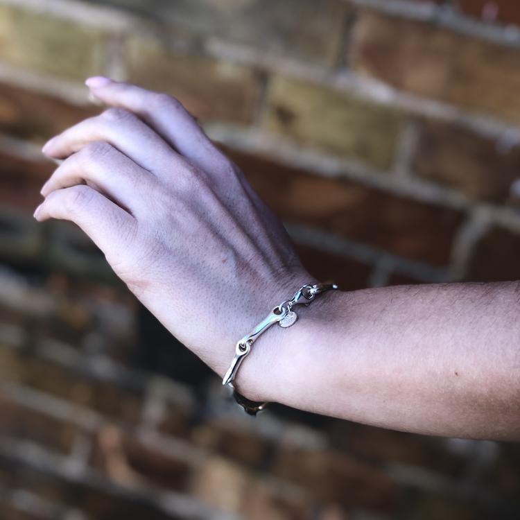 Modell med Silverarmband som är ledat och mjukt format. Model with Silver bracelet with a soft form.