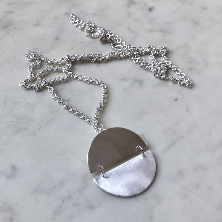 Silverhänge på lång silverkedja. Silver pendant on a long silver chain