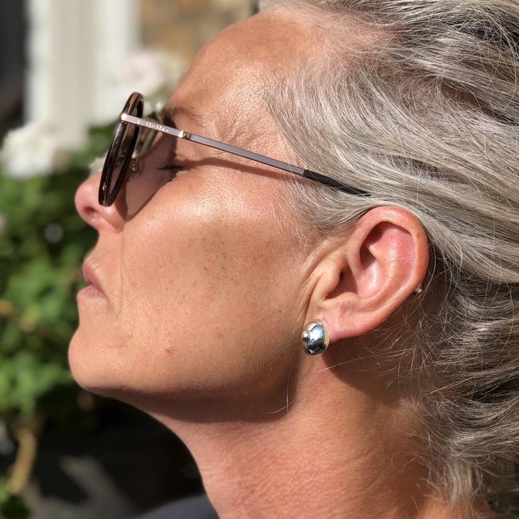 Kvinna med Silverörhängen, del av försäljningen till bröstcancerförbundet. Woman with Silver earrings