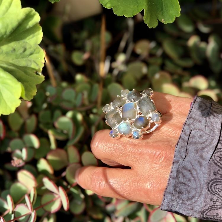 Stor silverring med mattslipade Labradoritstenar. Big silver ring with Labradorite stones