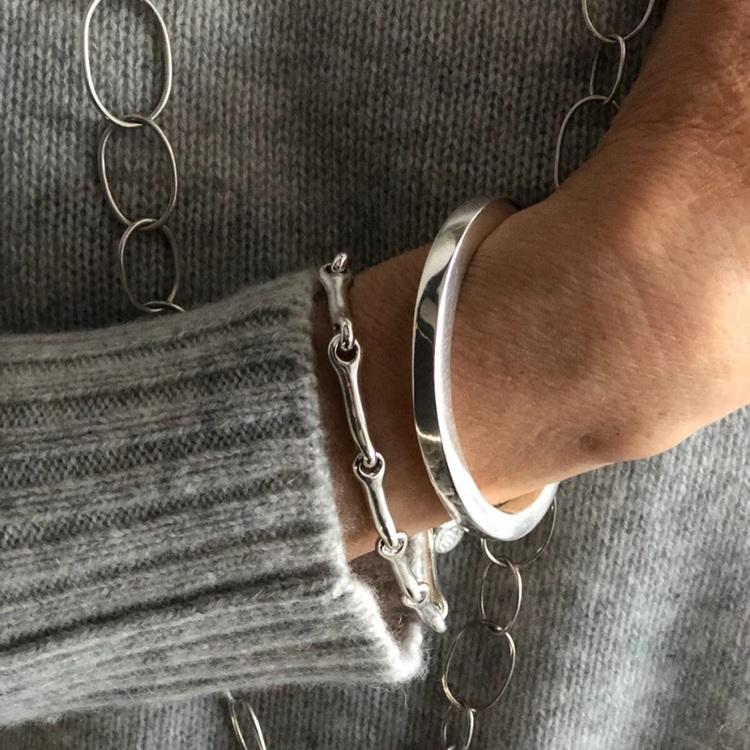 Ett stelt och ett ledat silverarmband. Two silver bracelets,
