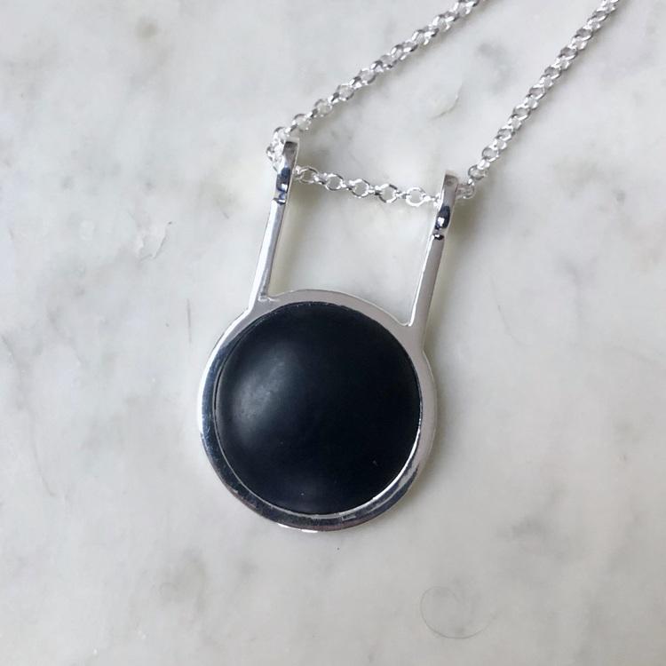Stort silverhänge på silverkedja med svart onyx. Big silver pendant with black onyx on a silver chain