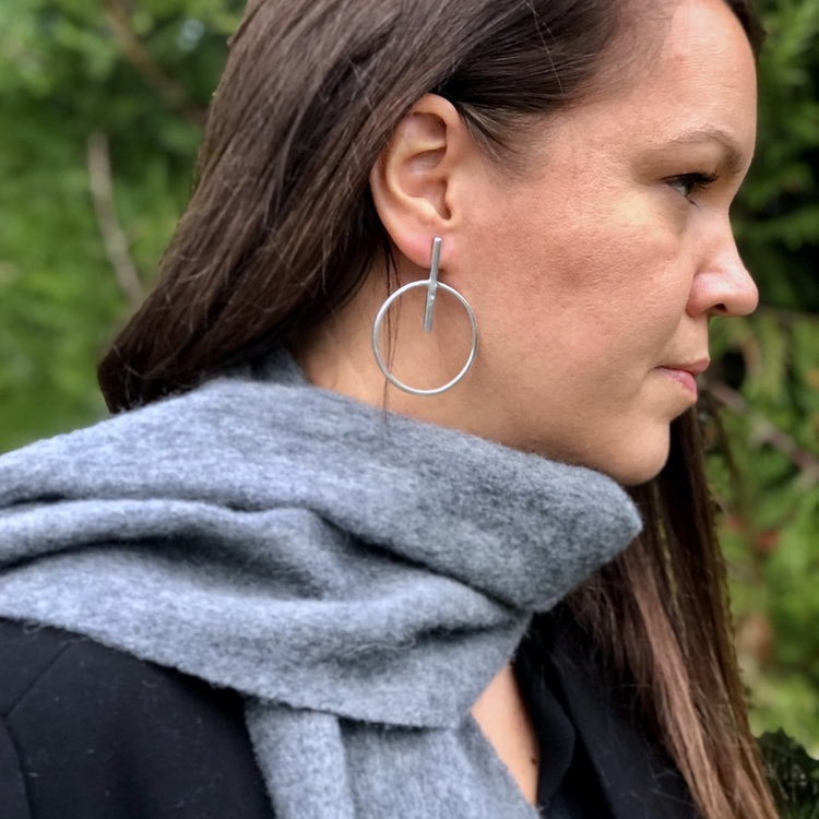 Kvinna med stora silverörhängen. Woman with big silver earrings