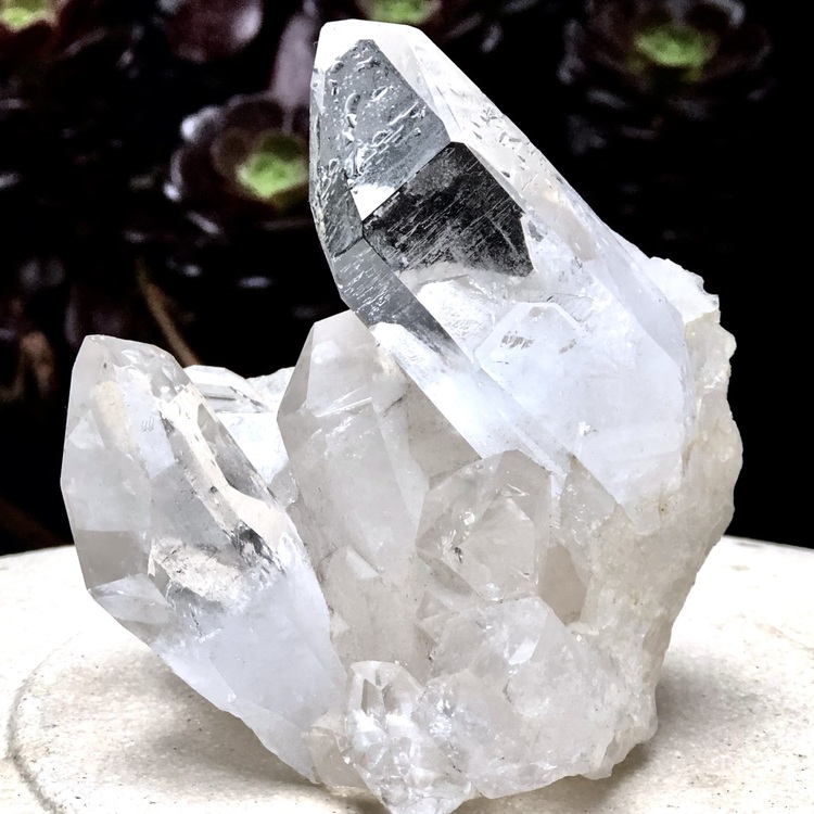 Naturlig bergskristall eller kristallkvarts som den också kallas, ser us som is. Natural crystal quartz, just like ice.