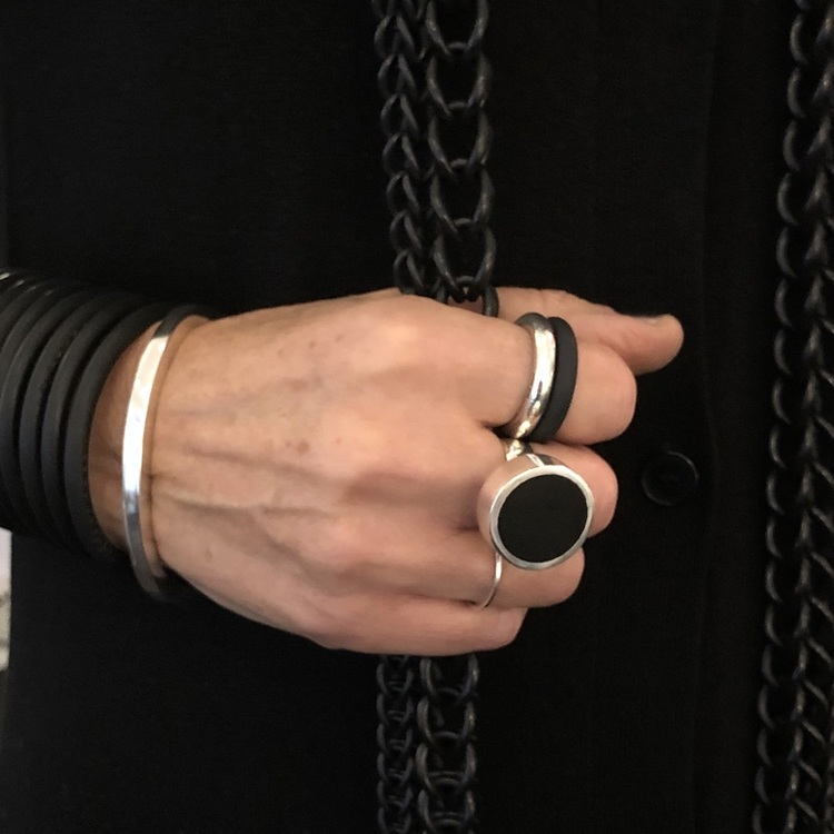 Stor silverring med svart matt onyx, matchad med andra silverringar och svarta ringar. Big silver ring with black onyx, matched with other silver rings and black rings.