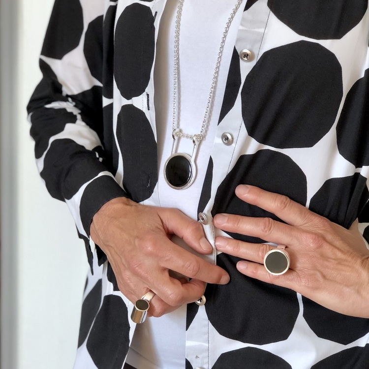 stora silverringar och hänge med mattslipad onyx. Big silver rings and pendant with mat polished onyx