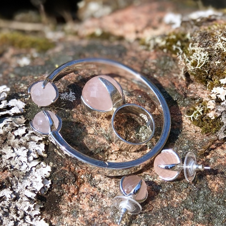 Smyckes-set i silver med rosenkvarts. Jewellery set in silver with rose quartz.