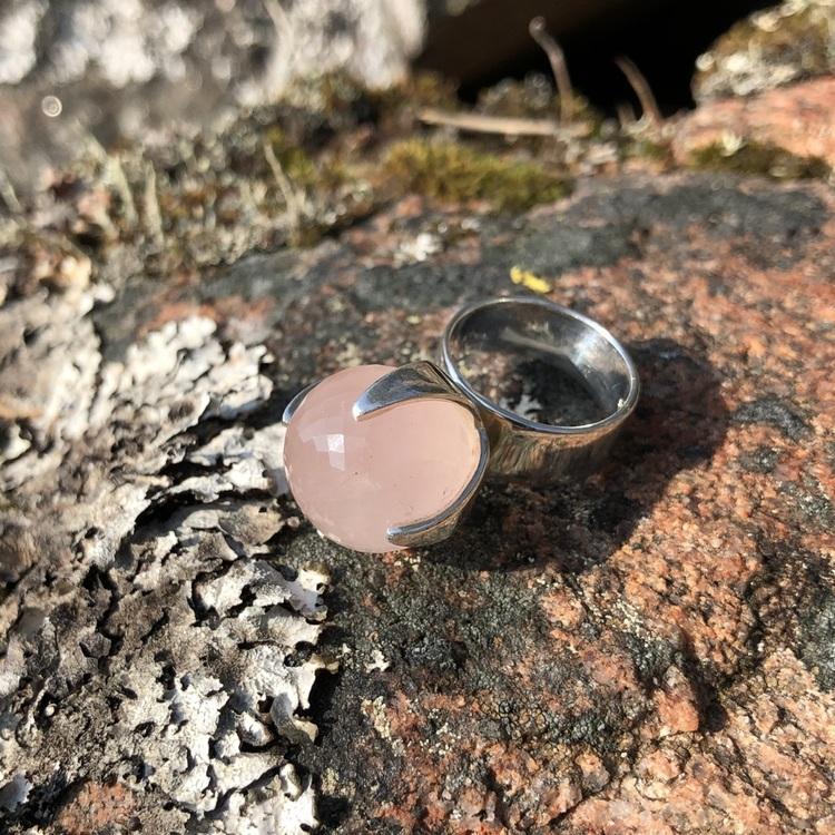 Stor silverring med rosenkvarts. Big silver ring with rose quartz