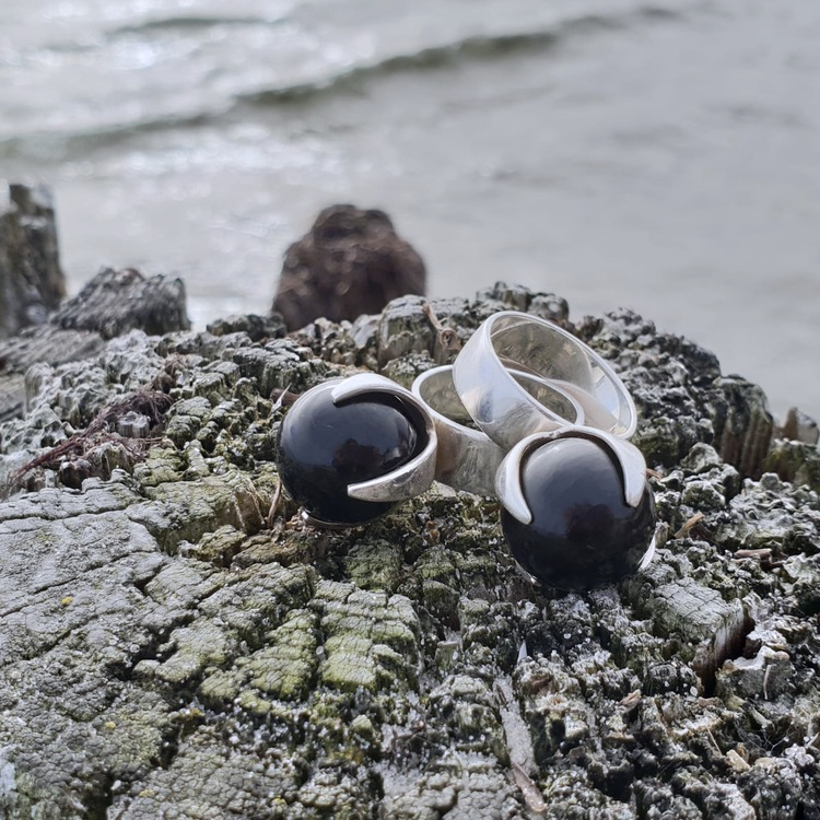 Två silverringar med svart onyx. Two silver rings with black onyx.