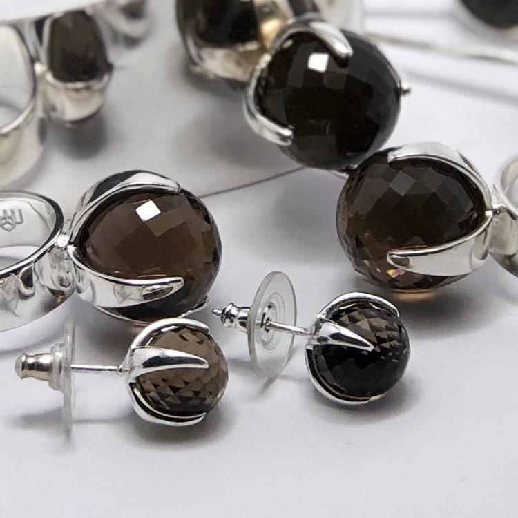 Ringar, örhängen och armband i silver med rökkvarts. Rings, earrings and bracelet in silver with smokey quartz.
