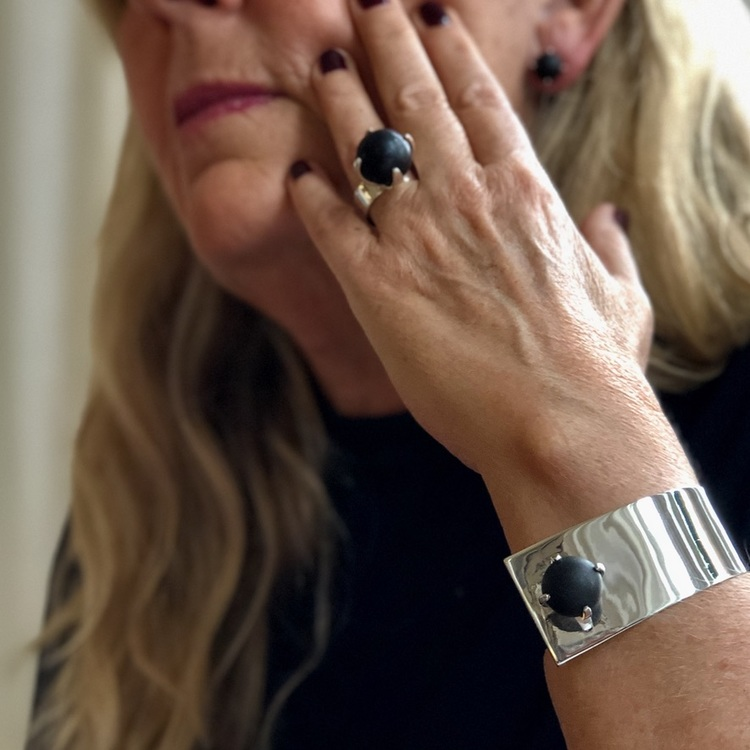 Arm med stort silverarmband och stor silverring med svart onyx. Arm with big silver bracelet and big silver ring with black onyx