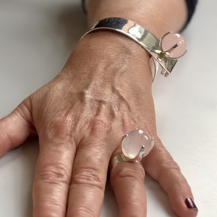 Silverarmband  och stor ringa med rosenkvarts. Silver bracelet and a big ring with rose quartz.