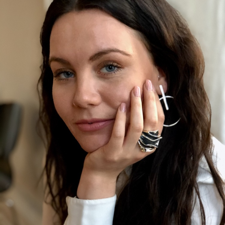kvinna med stor massiv oxiderad silverring. woman with big massive oxidised silver ring.