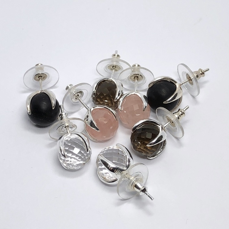 Silverörhängen med onyx, rosenkvarts, rökkvarts och bergskristall. Silver earrings with onyx, rose quartz, smokey quartz and crystal quartz.