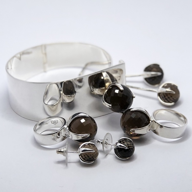 Smyckes-set i silver med rökkvarts. Jewellery set in silver with smokey quartz.