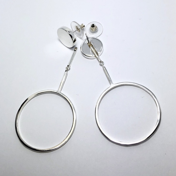 stora silverörhängen med en cirkel. big silver earrings with a circle