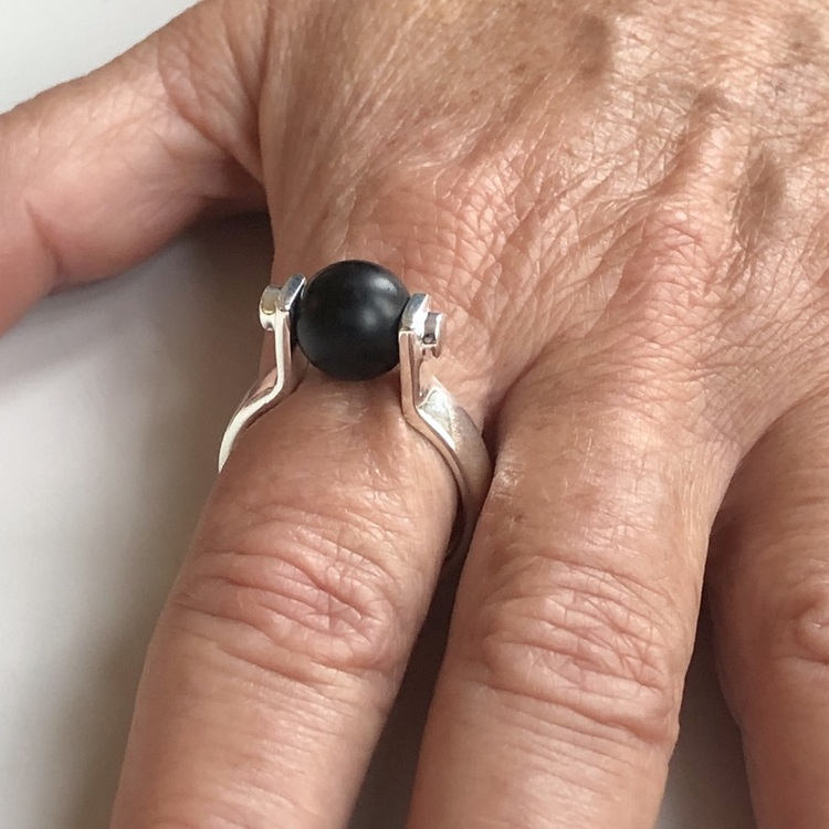 Hand med svarta silverringar med svart onyx. Hand with silver rings with black onyx.
