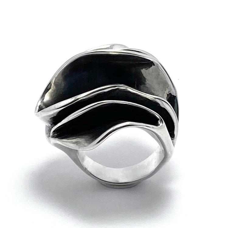 stor massiv oxiderad silverring. big massive oxidised silver ring.