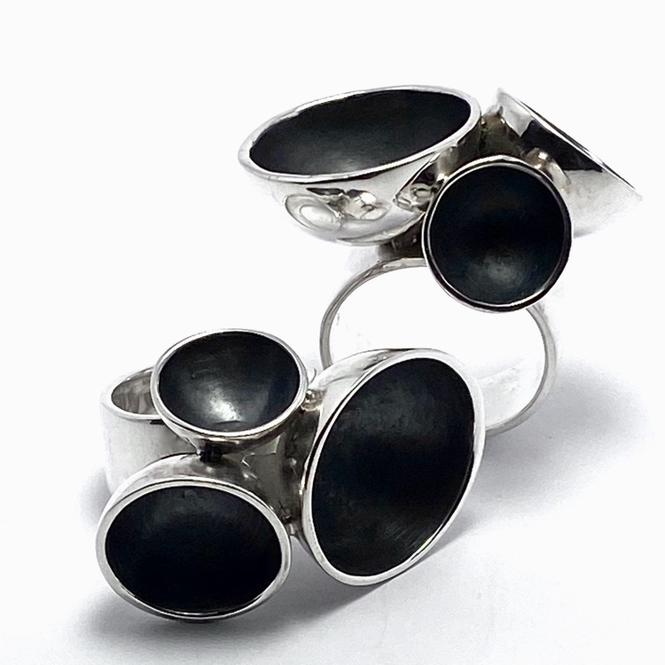 Stor oxiderad silverring med tre kupor . Big oxidised silver ring with three cups