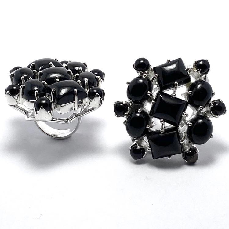 stora silverringar med onyxstenar i olika storlekar. big silver rings with black onyx in various sizes
