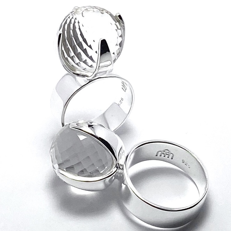 Stor silverring med en stor rund facettslipad bergskristall. big silver ring with crystal quartz