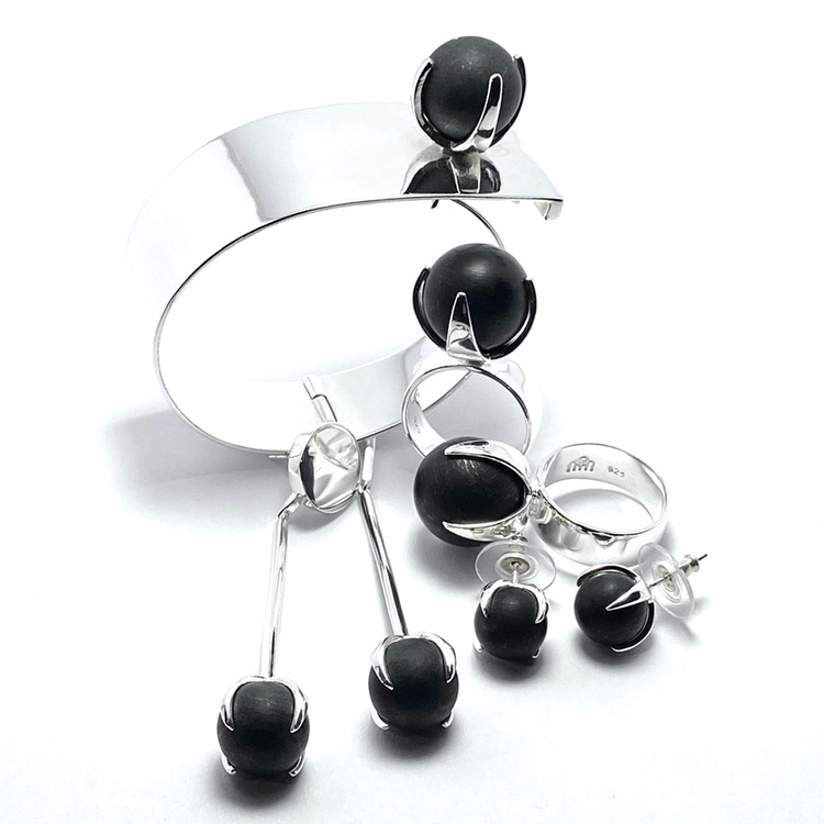 Smyckes-set med matchande ringar, armband och örhängen i silver och svart onyx. Matching jewellery set with ring, earrings and bracelet in silver with mat black onyx