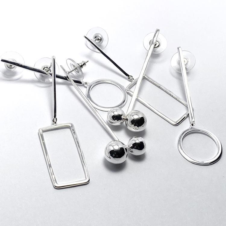 Tre varianter av silverörhängen. Three variations of silver earrings