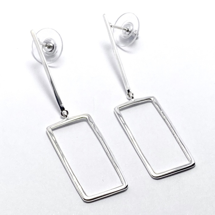 silverörhänge med rektangel. silver earring with a rectangular shape