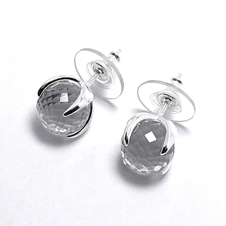 Silverörhängen med bergskristall. Silver earrings with crystal quartz.