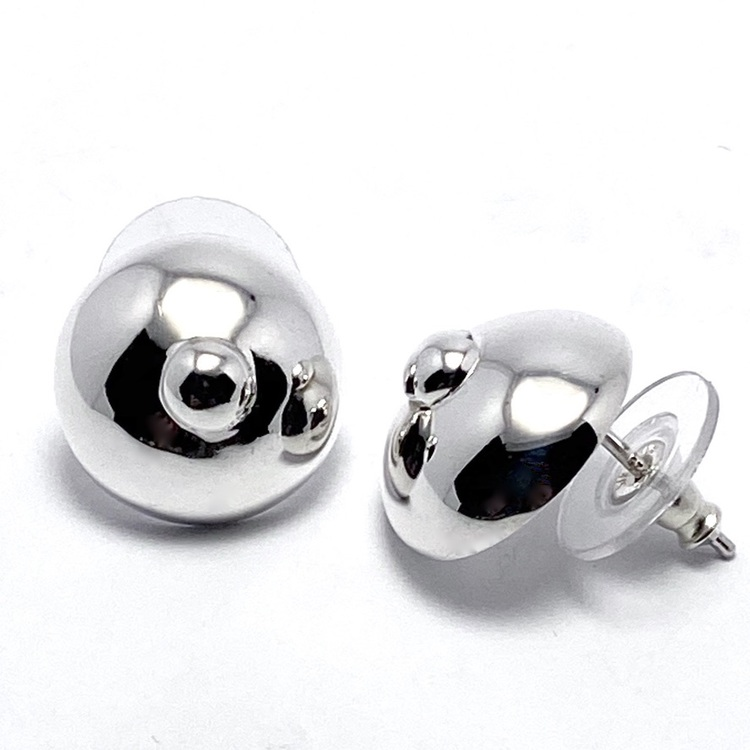 Silverörhängen, del av försäljningen till bröstcancerförbundet. Silver earrings