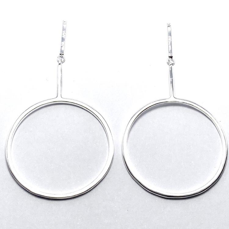 silverhänge med stor cirkel för att hänga på örhänge. Silver pendant to hang on a earring.