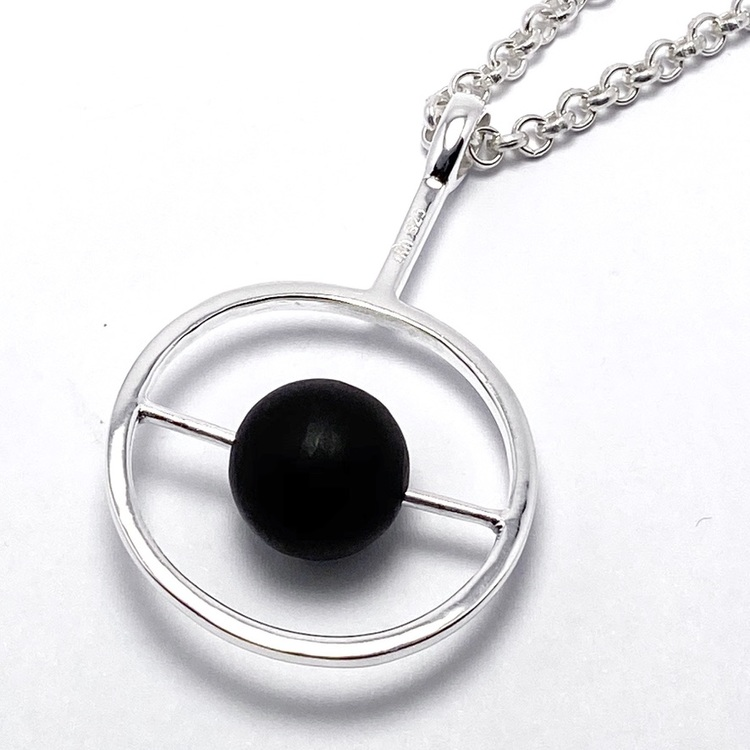 silverhänge med svart onyx. silver pendant with black onyx.