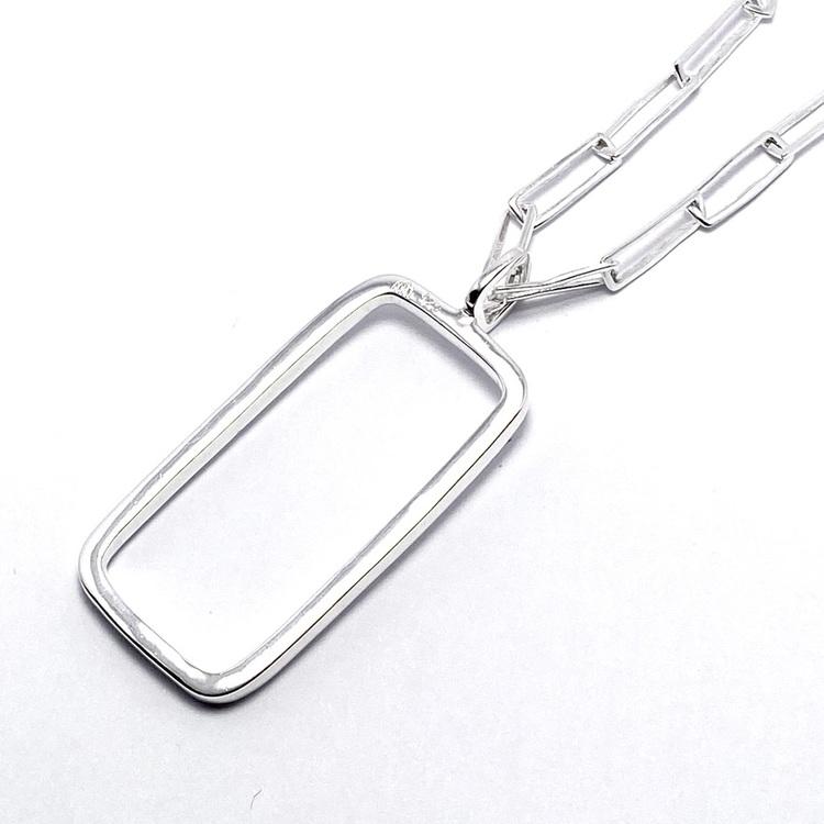 silverhänge med rektangulär form på silverkedja. silver pendant with rectangular shape on a silver chain