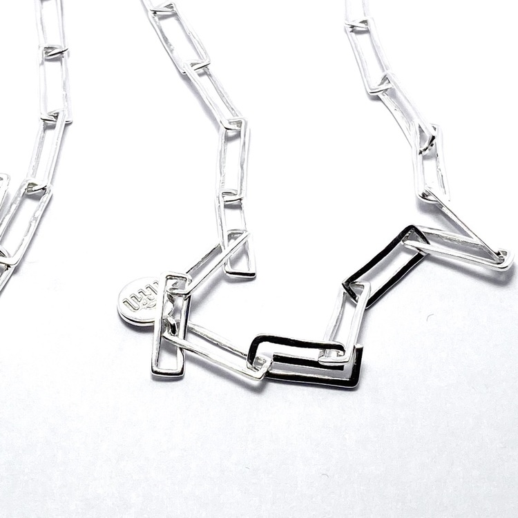 lång silverkedja med rektangulära länkar. long silver chain with rectangular links.