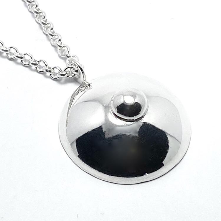 silverhänge i form av ett bröst. silver pendant, shape as a breast.