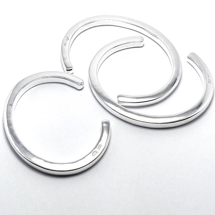 stelt massivt silverarmband i olika storlekar. massive silver bracelet in various sizes